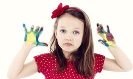 Verstoor weinig schilder, geïsoleerd studioportret van bored meisje die met vuile handen met waterverf spelen royalty-vrije stock afbeelding