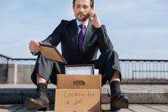 Verstoor werkloos mannetje die zijn beloning houden stock afbeeldingen