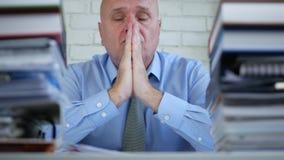 Verstoord businessperson in en bureauruimte die denken bidden stock video