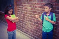 Verstoord kind die door een ander kind worden geplaagd stock foto's