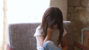Verstoord kindmeisje die telefoongevoel bekijken die van het cyberbullying wordt doen schrikken stock footage
