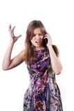 Verstoord meisje die op de telefoon spreken stock afbeelding