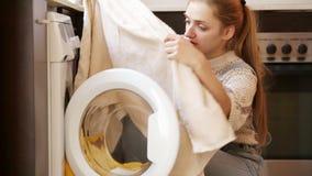 Verstoord meisje die vlekken op handdoeken bekijken stock footage