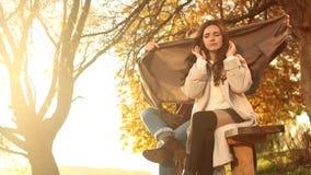Verstoord meisje met koud Rhinitis op de herfst openlucht Het seizoen van de dalingsgriep De mens kijkt met medeleven bij het lij stock footage