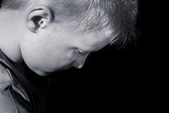 Verstoord misbruikt bang gemaakt kind (jongen) stock foto