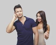 Verstoord paar dat met elkaar debatteert Stock Foto