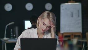 Verstoorde bedrijfsvrouw die het computerscherm bekijken in nachtbureau stock videobeelden