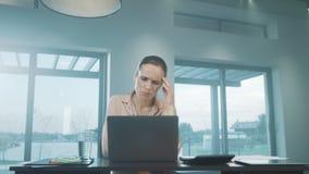 Verstoorde bedrijfsvrouw die mobiele telefoon spreken Droevige freelancer sprekende telefoon stock video