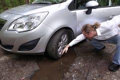 Verstoorde bestuurdersmens voor het automobiele beschadigd letten op Royalty-vrije Stock Afbeelding