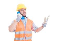 Verstoorde bouwer die op de telefoon debatteren Royalty-vrije Stock Foto's