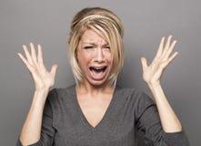 Verstoorde dame met expressief handgebaar Stock Foto