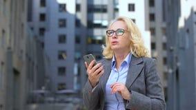 Verstoorde de lezingssmartphone e-mail die, het werkmislukking, voorraad van de bedrijfwerknemer app uitwisselen stock video