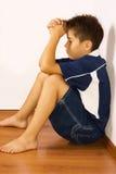 Verstoorde jongen tegen een muur Royalty-vrije Stock Afbeelding