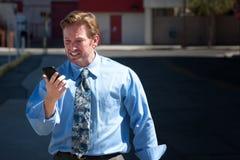 Verstoorde, knappe mens boos met celtelefoon. Stock Afbeelding