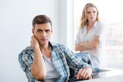 Verstoorde man en vrouw die problemen in verhoudingen hebben Stock Foto