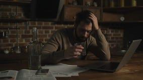 Verstoorde mens met laptop en alcohol stock footage