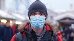 Verstoorde mens met masker in openlucht stock videobeelden