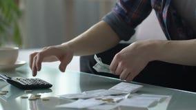 Verstoorde mensen tellende besparingen, armoedeconcept, uitgaven hoger dan inkomens stock video