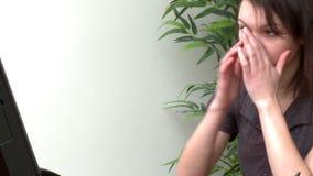 Verstoorde vrouw die bij een computer werken stock videobeelden