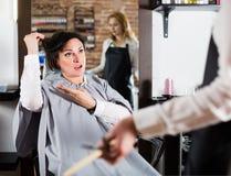 Verstoorde vrouw in hairdresssalon royalty-vrije stock afbeeldingen