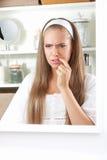 Verstoorde vrouw wat betreft haar lippen stock fotografie