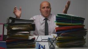 Verstoorde Zakenman Gesturing Nervous in Boekhoudingsbureau stock fotografie