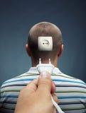 Verstopfung des elektrischen Kabels in den Kopf Stockbild