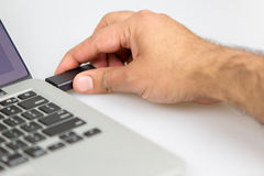 Verstopfung des Vorstockes in rechte Seite des Laptops Lizenzfreies Stockbild