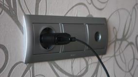 Verstopfung und einen Stromadapter trennend stock video