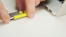 Verstopfung von gelben Pen Drive zu einem Computer stock footage