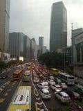 Verstopte voertuigpassage tijdens spitsuren in Guangzhou stock afbeeldingen