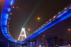 Verstralers onder stedelijk viaduct stock afbeelding