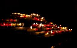 Verstralers van het branden van kaarsen in de duisternis van de kerk royalty-vrije stock afbeelding