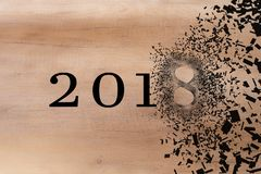 2018 verstreicht weg, um das neue Jahr 2019 zu begrüßen 2018 bricht in Stücke Streuungseffekt lizenzfreie stockfotos