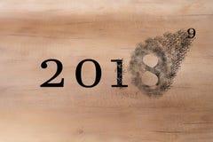 2018 verstreicht weg, um das neue Jahr 2019 zu begrüßen 2018 bricht in Stücke Streuungseffekt stockbilder