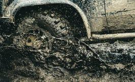 Verstrek de beste ervaring voor offroader Offroad autorennen Autowielen bij steppeterrein het bespatten met vuil stock fotografie