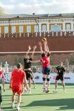 Versuch mit zwei Volleyballspielern, zum des Balls zu blockieren Lizenzfreie Stockbilder