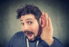 Versuche des jungen Mannes, zum sorgfältig zu hören stockfoto