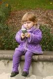 Versuche des kleinen Mädchens, zum eines Fotos von selbst zu machen Lizenzfreies Stockbild