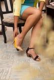 Versuchen auf den Schuhen Stockbild