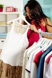 Versuchen auf neuem Kleid Lizenzfreie Stockfotos
