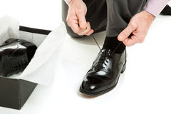 Versuchen auf neuen Schuhen Stockfotos