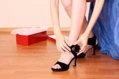 Versuchen auf Schuhen Stockbilder