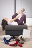 Versuchen auf Schuhen Lizenzfreies Stockbild