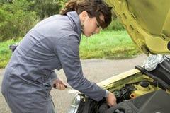 Versuchen, das Auto zu reparieren Lizenzfreies Stockbild