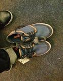 Versuchen Sie an Schuhe stockbild