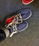 Versuchen Sie an Schuhe lizenzfreies stockfoto