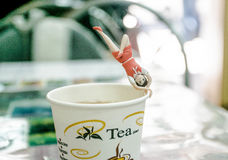 Versuchen, Yoga auf der Tasse Tee zu tun Stockbild