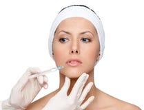 Versuchende botox Lippenkorrektur Stockfotografie