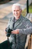 Versuchende Fotografie des optimistischen reifen Mannes lizenzfreie stockfotografie